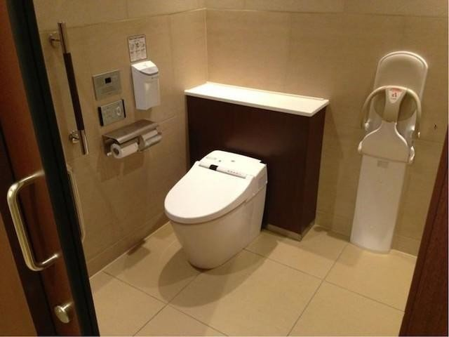 Nhà vệ sinh kiểu bồn cầu hiện đại
