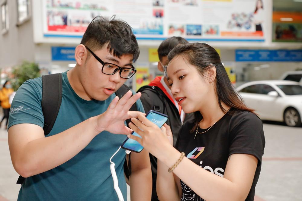 3.000 tân sinh viên ĐH HUTECH và Văn Lang cháy hết mình cùng realme