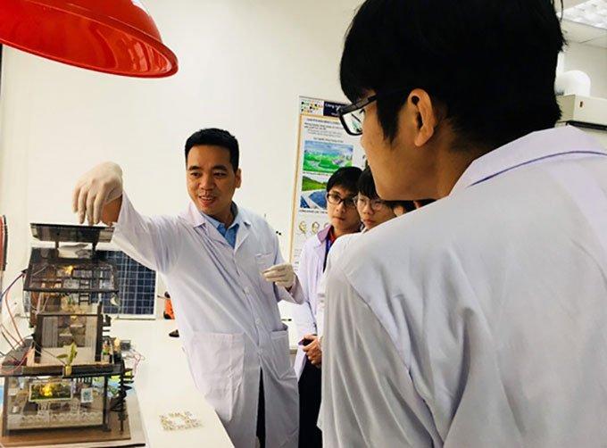 TS Đào Văn Dương (bìa trái) hướng dẫn sinh viên tại phòng thí nghiệm
