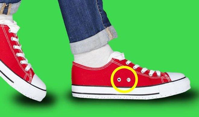 Tại sao giày Converse có lỗ ở bên?