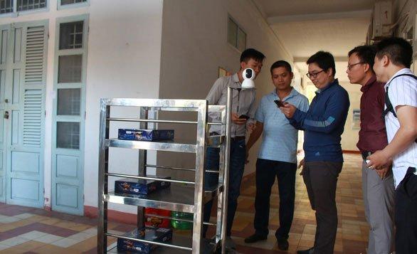 Nhóm chế tạo cùng các giảng viên khoa Cơ khí chạy thử robot