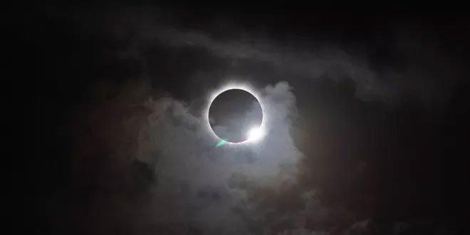 Saumỗi khoảng 18 tháng, nhật thực toàn phần lại có thể được nhìn thấy tại một nơi nào đó trên Trái đất.
