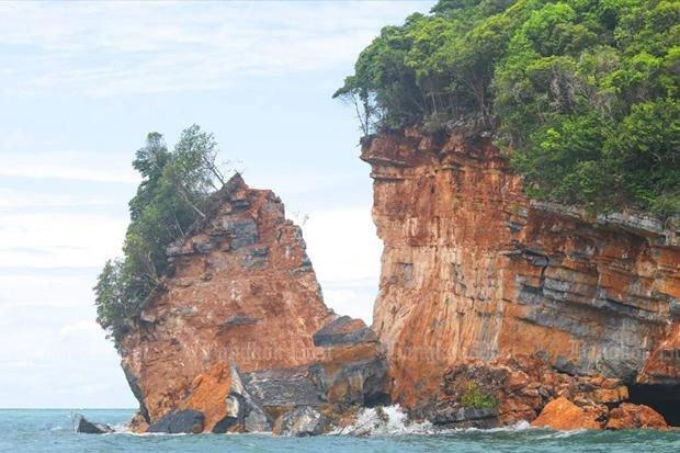 Mảng lớn của đảo Ko Hintaek, Thái Lan đã vỡ ra và đang rơi xuống biển