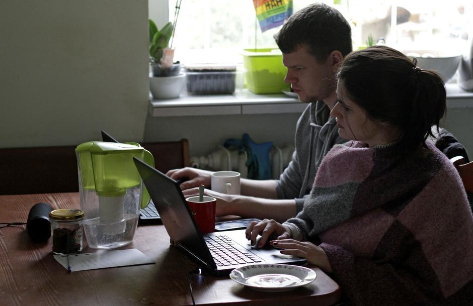 Làm việc từ xa kích cầu chip, laptop và thiết bị mạng