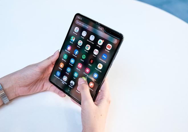 Loat smartphone xach tay giam gia manh tai Viet Nam cuoi thang 3 hinh anh 2 fold.jpg