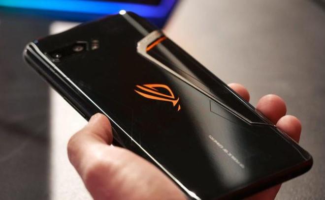 Loat smartphone xach tay giam gia manh tai Viet Nam cuoi thang 3 hinh anh 6 AsusROGPhone2backinhand840x473.jpg