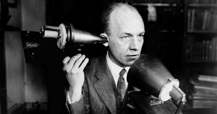 Alexander Graham Bell và máy điện thoại