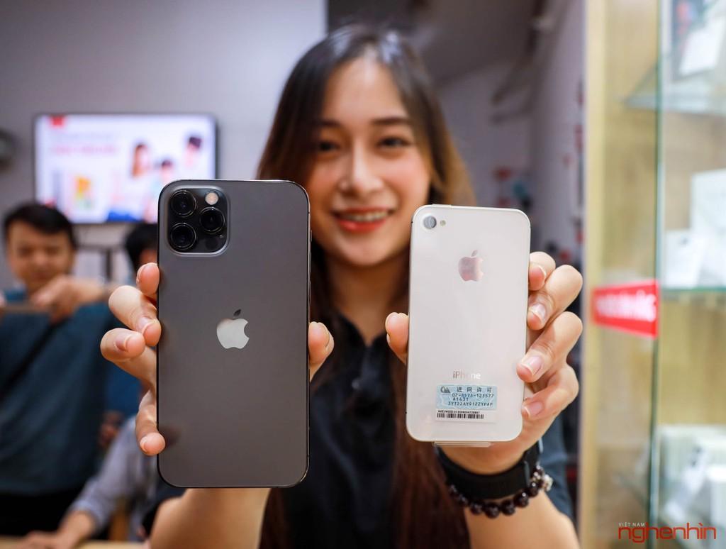 Ngoại hình iPhone 12 Pro khi đứng cạnh 'ông lão' iPhone 4S và đàn anh iPhone 11 ảnh 1