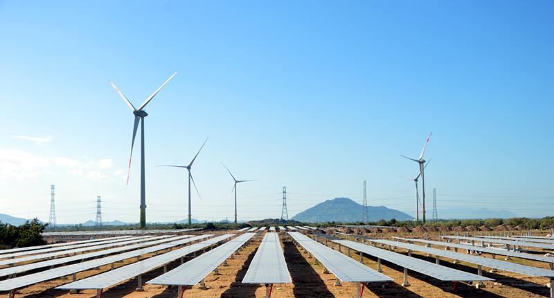 Tổ hợp năng lượng tái tạo điện mặt trời và điện gió ở Ninh Thuận. Ảnh: Trung Nam Group