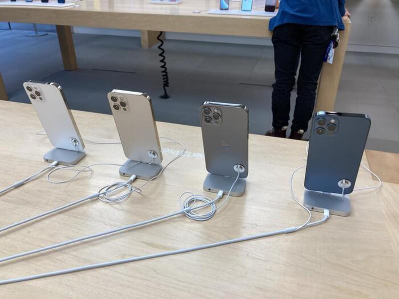 Quang canh diu hiu trong ngay dau tien mo ban iPhone 12-Hinh-6