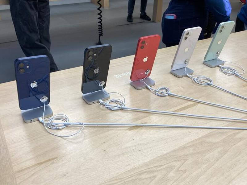 Quang canh diu hiu trong ngay dau tien mo ban iPhone 12-Hinh-7