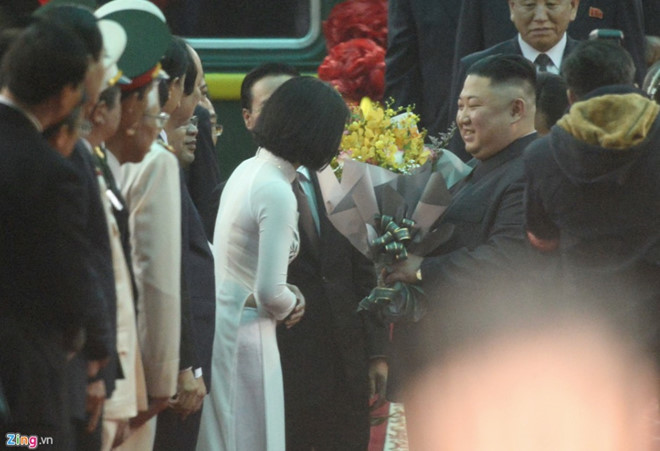 Nu sinh mac ao dai trang tang hoa ong Kim Jong Un la ai? hinh anh 1