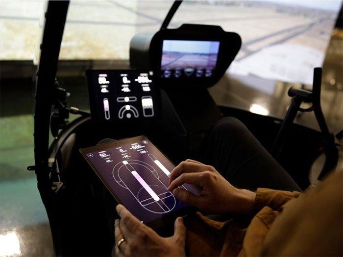 Hệ thống này có thể điều khiển máy bay bằng tablet cảm ứng hoặc cần điều khiển .