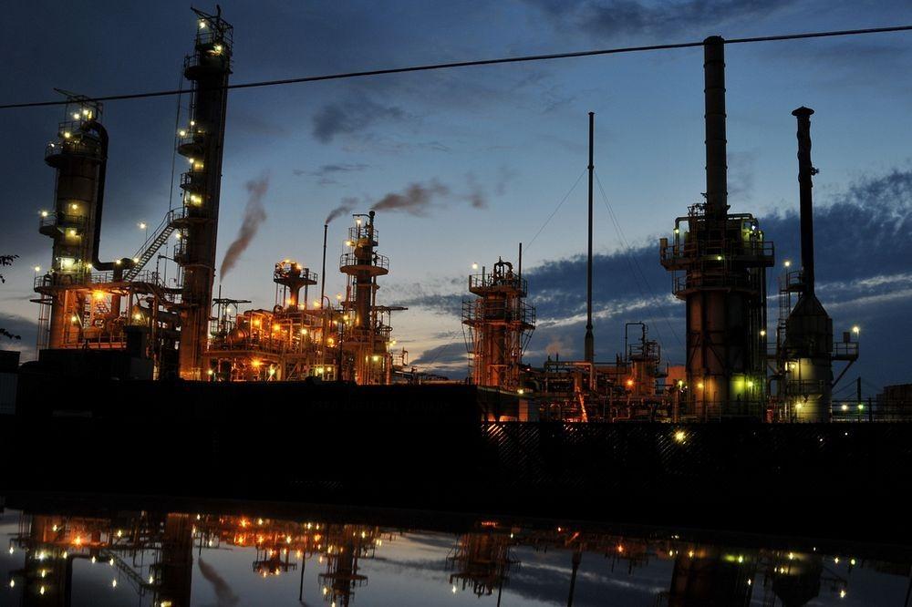 Các nhà máy lọc dầu và hóa chất hoạt động liên tục ngày đêm. Ảnh: Jon Lin Photography/Flickr.