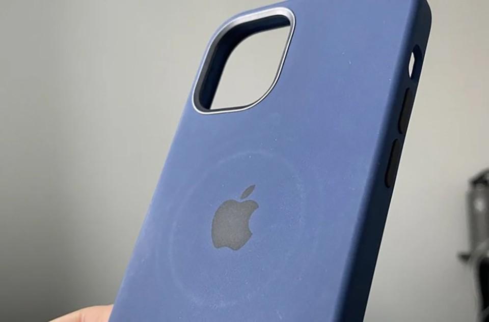 Sạc MagSafe có thể để lại dấu hằn trên ốp lưng, bao da iPhone 12 ảnh 1