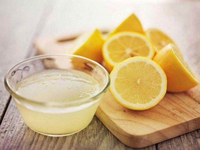 Nước cốt chanh chứa vitamin C và thành phần axit, có khả năng diệt vi khuẩn, virus.