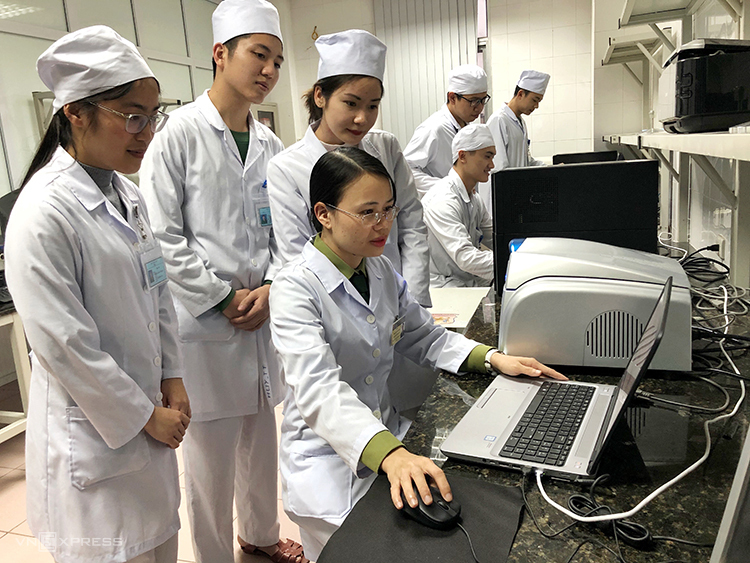 TS Đinh Thu Hằng - Viện Nghiên cứu Y dược học Quân sự hướng dẫn các học viên quan sát biểu đồ nCoV trên máy real-time RT-PCR.