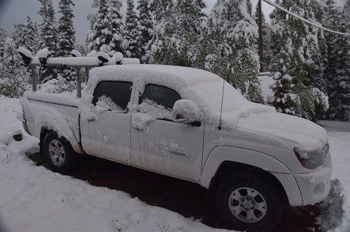 Tuyết phủ khá dày trên chiếc xe ô tô để ngoài trời.