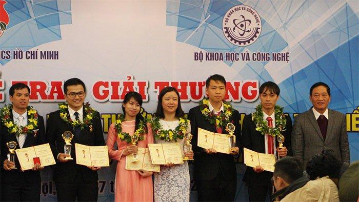 TS Nguyễn Thị Ánh Dương (thứ hai từ phải qua) nhận Giải thưởng Khoa học công nghệ Thanh niên Quả Cầu Vàng 2017.