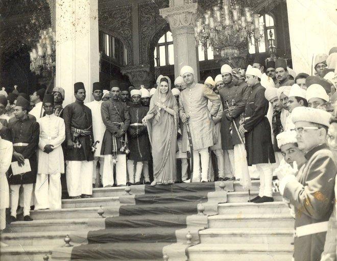 Tổng cộng số quân lính và người hầu trong cung điện của Nizam Đệ Thất là 12.000 người.