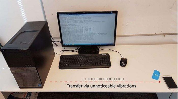 Phần mềm độc hại trong máy tính bị xâm nhập sẽ truyền tín hiệu thông qua các rung động gây ra trên bàn.