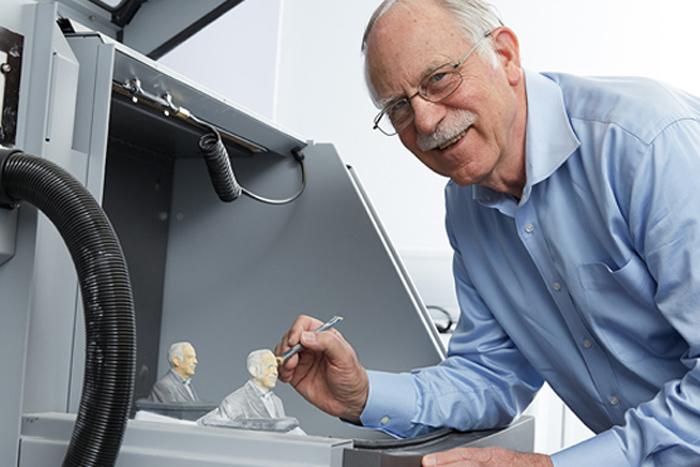 Kỹ sư Charles Hull là người chế tạo máy in 3D đầu tiên trên thế giới. Ảnh: Live Science.