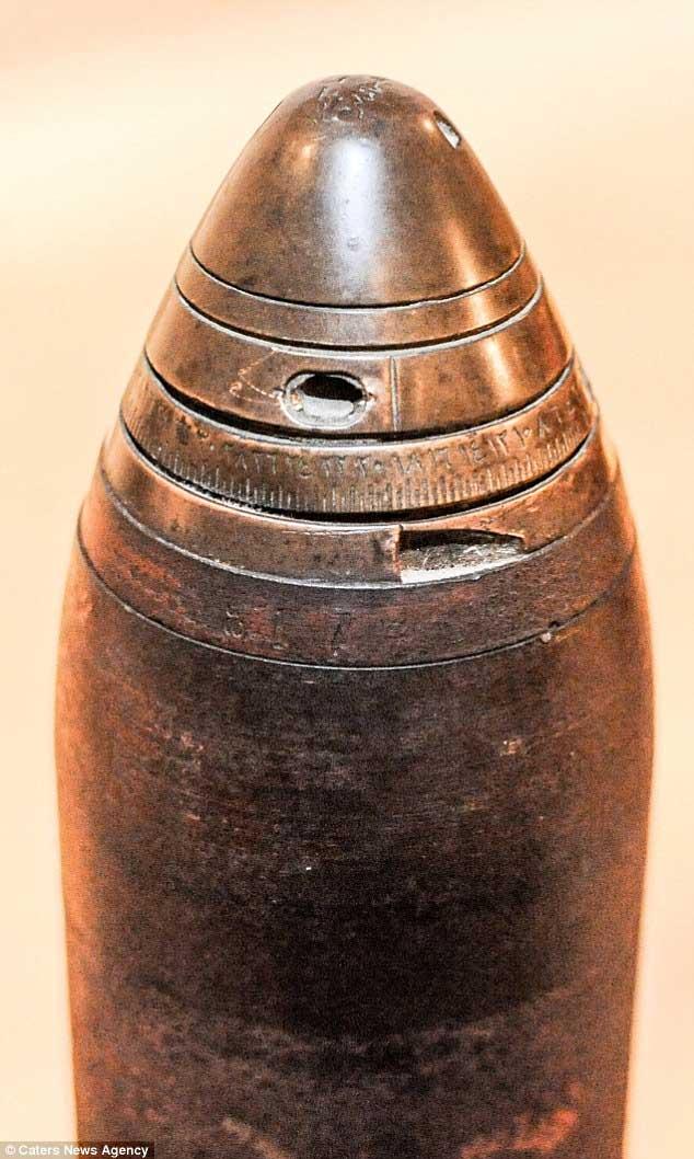 Quả bom dài 30cm, bề ngang 8cm, một đầu chóp nón và có thể tháo rời.