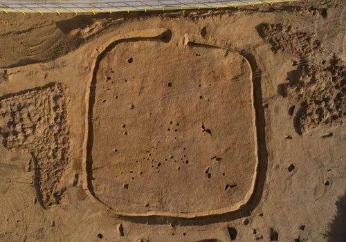 Hào lớn bao quanh nơi chôn cất các vật dụng thời Đồ Đồng