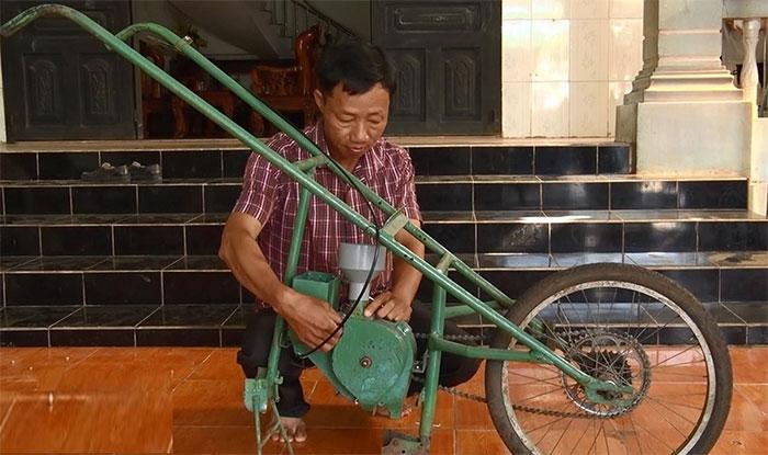 Anh Nguyễn Văn Anh với chế chiếc máy gieo hạt và bón phân.