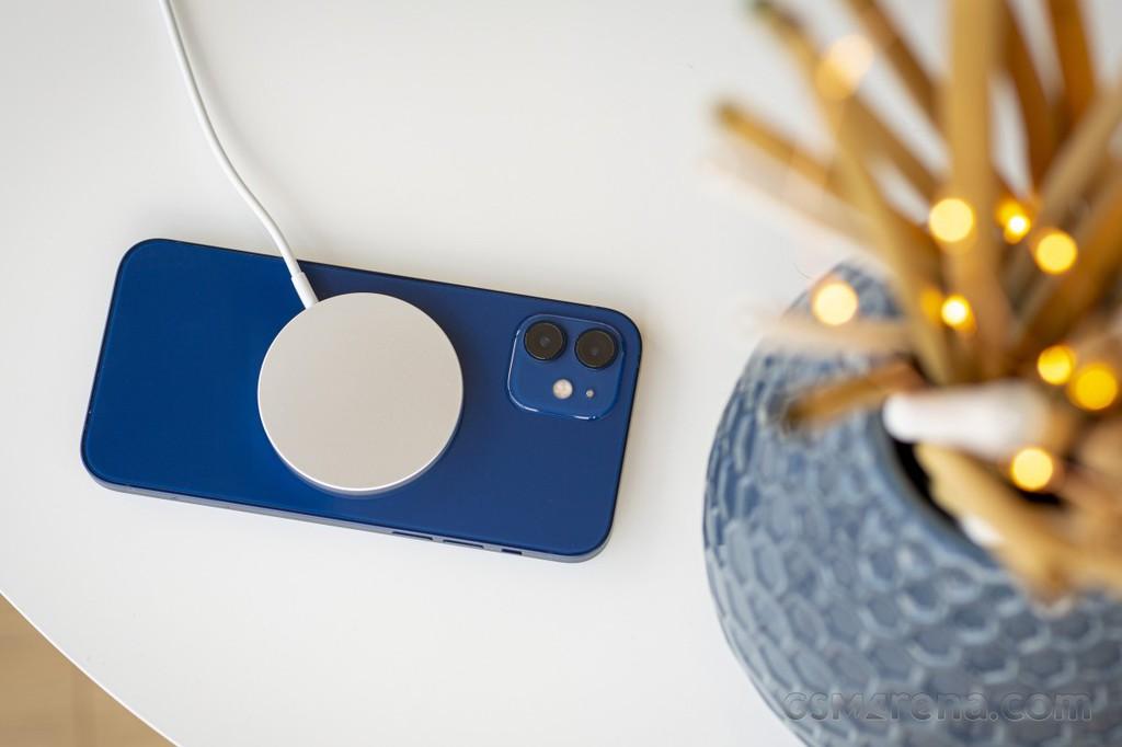 iPhone 12 bị ẩn tính năng sạc ngược không dây ảnh 1