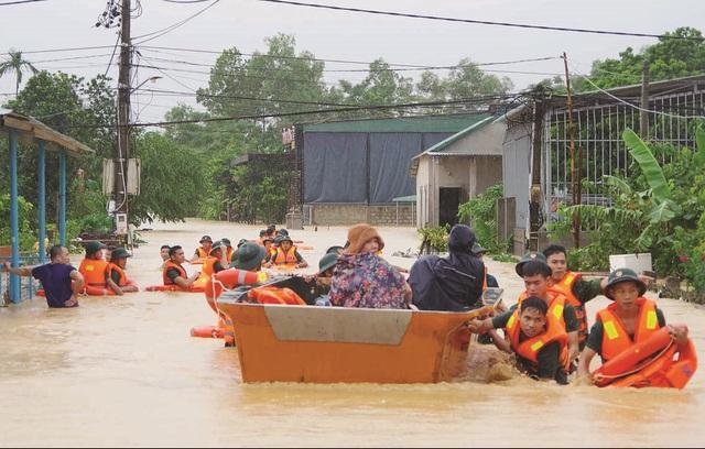 Cứu hộ người dân mắc kẹt trong lũ ở Quảng Bình. Ảnh: Thanh Tùng