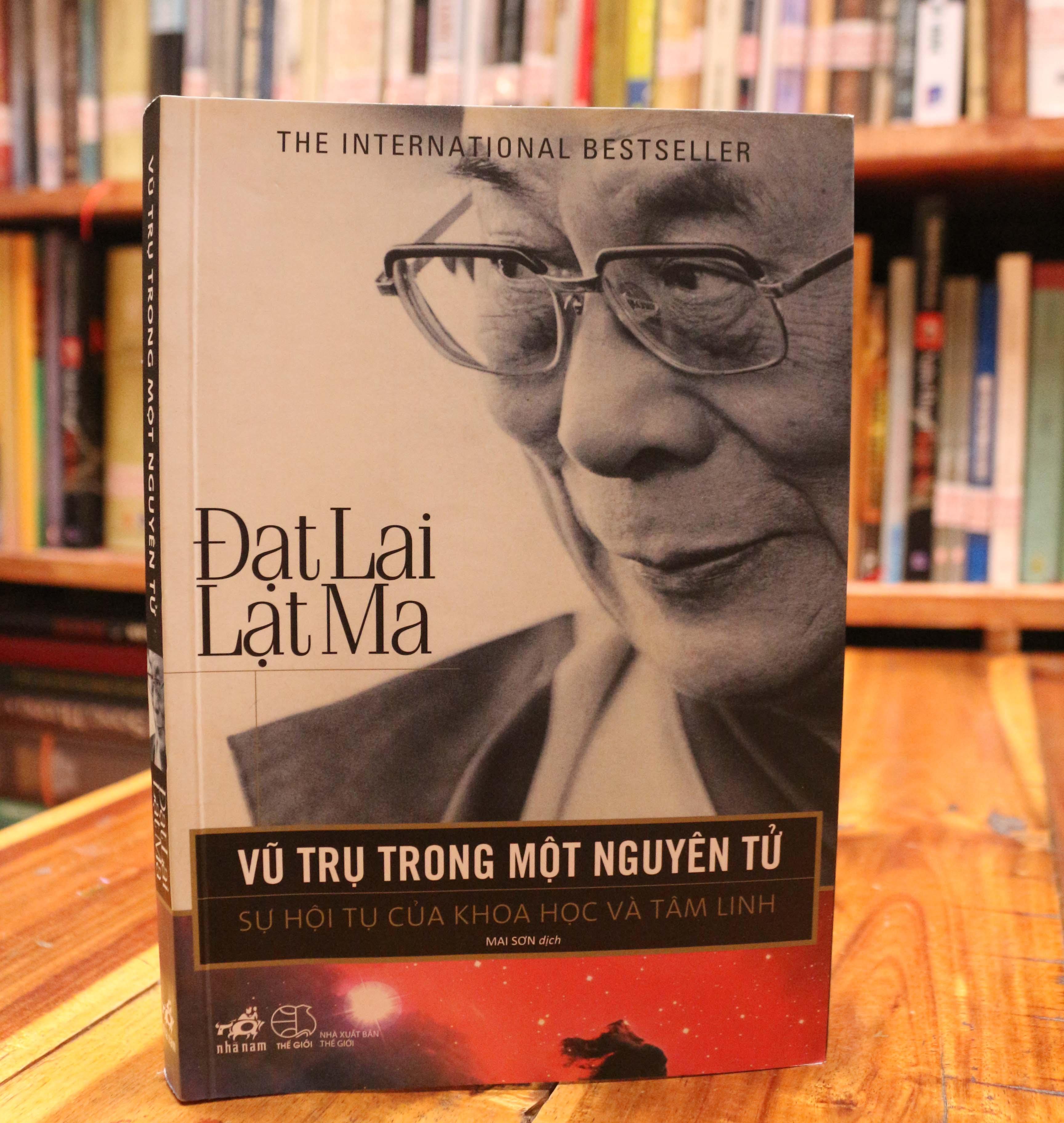 Vũ trụ trong một nguyên tử (The Universe in a Single Atom: The Convergence of Science and Spirituality) được xuất bản lần đầu vào tháng 9/2005. Trong ảnh: Bản tiếng Việt do dịch giả Mai Sơn chuyển ngữ.