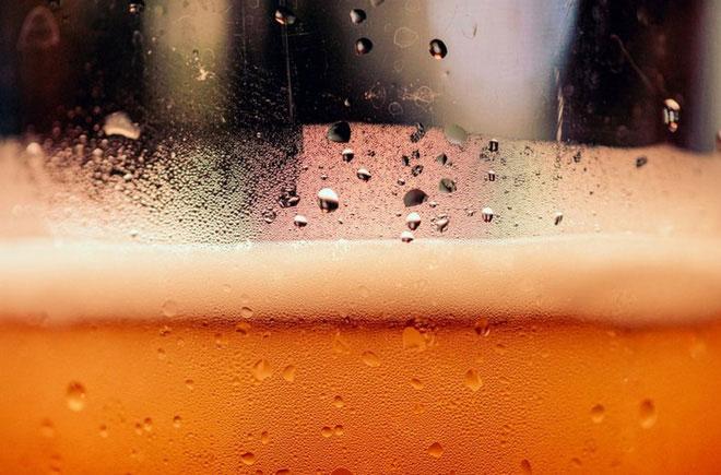 Một người uống bia có thể tận hưởng được một cốc bia có bọt từ đầu đến cuối.