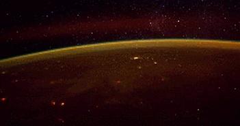 """""""Cách ngắm trái đất trực tiếp từ không gian"""" là thủ thuật nổi bật tuần qua"""