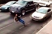 Cô gái đi giày cao gót chạy sang đường, nhận bài học nhớ đời