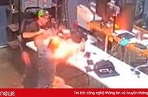 Tò mò tháo iPhone bị phồng pin, thanh niên suýt cháy mặt vì iPhone phát nổ