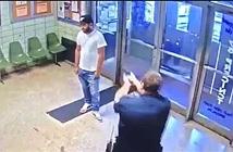 Kỳ quặc người đàn ông lao vào đồn cảnh sát yêu cầu bị bắn