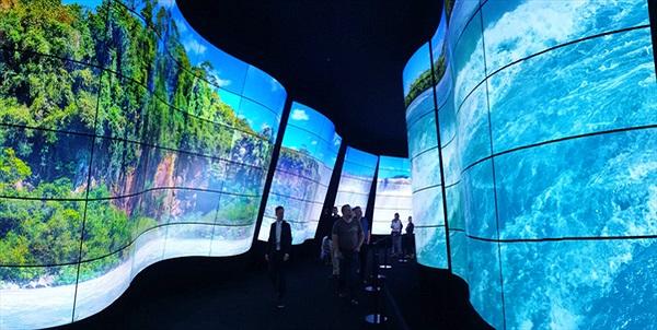 """Ghé thăm đường hầm """"ánh sáng"""" cực độc đáo của LG tại triển lãm IFA 2018"""