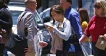 Sử dụng thiết bị di động khi đi bộ sang đường sẽ bị phạt gần 100 USD
