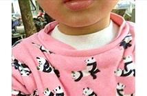 """Mua áo """"dễ thương"""" cho con, về mặc chụp ảnh rồi mới thấy hình bậy"""