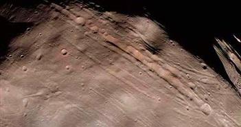 Bí ẩn các rãnh khổng lồ trên mặt trăng sao Hỏa