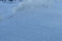 Bãi biển phủ bọt trắng xóa như thảm tuyết