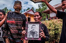 Bên trong ngôi làng của cái chết, nơi dân làng đào mộ, mặc quần áo mới cho thi thể