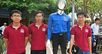 Sinh viên Đà Nẵng chế tạo robot dắt người qua đường