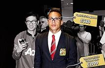 Ronaldo Hà Lan khoe iPhone 6 mạ vàng giá 6.500 USD