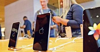 Trump giáng đòn với iPhone nhập khẩu từ Trung Quốc, Apple 'run rẩy'