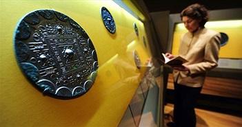 Tấm gương đồng vẫn bóng loáng sau 1.900 năm dưới lòng đất