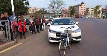 Tai nạn lạ nhất: Xe đạp đâm ô tô và kết không thể hiểu...
