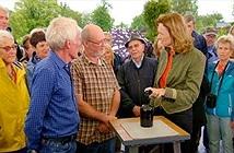 Đào được chai rượu 150 tuổi, mang ra uống choáng váng...