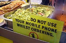 10 tình huống không nên lôi điện thoại ra dùng
